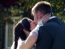 Banquete de boda La mirada de novia y del novio en uno a fotos de archivo