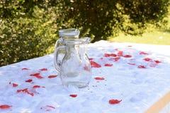 Banquete de casamento Garrafas e pétalas cor-de-rosa foto de stock