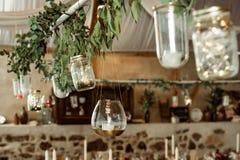 banquete decoración de la vela y de la rama con las hojas imagen de archivo