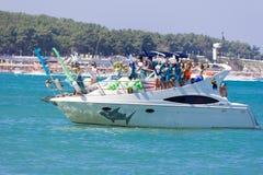 Banquete del día de Neptuno, demostración del traje en un barco en las ondas del Mar Negro Foto de archivo