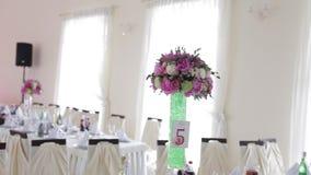 Banquete do casamento da decoração Interior de uma decoração do salão do casamento pronta para procuras Sala bonita para cerimôni filme
