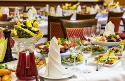 Banquete en el restaurante Diversos delicadezas, bocados y bebidas en el evento de gala abastecimiento imagen de archivo