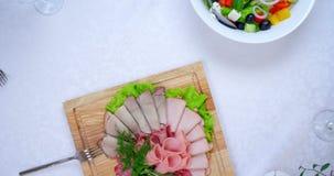 Banquete exquisito con la pluralidad de platos deliciosos almacen de metraje de vídeo