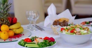 Banquete exquisito con la pluralidad de platos deliciosos almacen de video