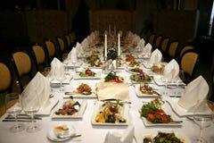 Banquete festivo adornado con la comida en el restaurante Imagen de archivo libre de regalías