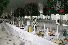 Banquete festivo adornado con la comida en el restaurante Fotos de archivo