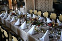 Banquete festivo adornado con la comida en el restaurante Foto de archivo libre de regalías