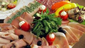 Banquete: los platos con la fruta, los pescados y la carne están en la tabla metrajes