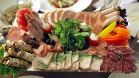 Banquete: los platos con la fruta, los pescados y la carne están en la tabla almacen de video