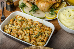 Banquete - pollo asado relleno con las hierbas foto de archivo