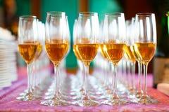 Banquete y casarse los vidrios de Champán fotografía de archivo libre de regalías