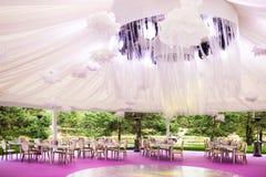 Banquetee el pasillo para una boda con una bóveda blanca Fotos de archivo