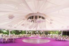 Banquetee el pasillo para una boda con una bóveda blanca Imágenes de archivo libres de regalías