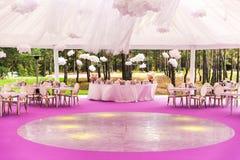Banquetee el pasillo para una boda con una bóveda blanca Fotografía de archivo