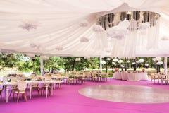Banquetee el pasillo para una boda con una bóveda blanca Foto de archivo libre de regalías