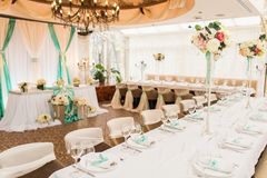 banqueting αίθουσα απομονωμένο ανασκόπηση εξυπηρετώντας επιτραπέζιο λευκό Στοκ Εικόνα