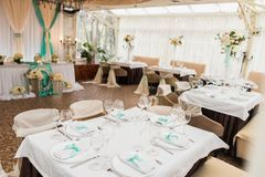 banqueting αίθουσα απομονωμένο ανασκόπηση εξυπηρετώντας επιτραπέζιο λευκό Στοκ Φωτογραφίες