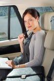 Banquette arrière exécutive de véhicule d'ordinateur portatif de travail de femme d'affaires Photographie stock libre de droits