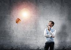 Banquier élégant portant la cravate et l'ampoule rouges comme concept d'idée images libres de droits