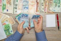 Banquier comptant l'argent malaisien à sa table de bureau, Photo libre de droits