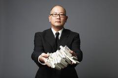 Banquier distribuant l'argent comptant images stock