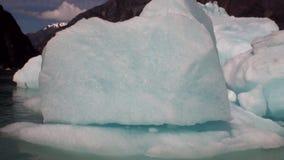 Banquisas de gelo moventes no fundo do Oceano Pacífico da montanha e da água em Alaska video estoque