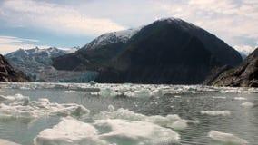 Banquisas de gelo moventes no fundo do Oceano Pacífico da montanha e da água em Alaska filme