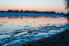 Banquisas de gelo no rio alemão elbe em Geesthacht, perto de Hamburgo Imagens de Stock Royalty Free