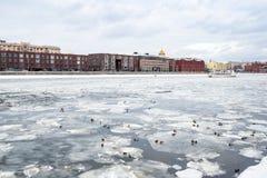 Banquisas no rio de Moskva e na vista da terraplenagem foto de stock