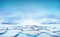 Banquise criquée flottant sur le lac de montagne de l'eau bleue Photographie stock libre de droits