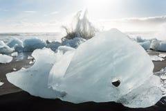 Banquises en mer, et plage dans le ³ n, Islande de rlà de ¡ de Jökulsà photos stock