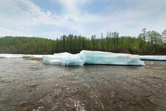 Banquises posées de turquoise sur la rivière Images libres de droits