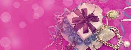 Banret den dekorativa sammansättningen packas i en gåvaask för kvinnor royaltyfri foto