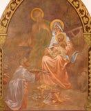 Banska Bela - freskomålning av den heliga familjen i St John evangelistkyrkan av Jan Antal (1905) som detaljen av tillbedjan av s Arkivbilder