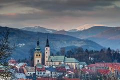 Banska Bystrica老镇都市风景冬天日落的斯洛伐克 库存照片