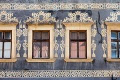 Banska Bystrica,斯洛伐克-在经济公寓住宅墙壁上的老装饰 库存图片