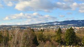 Banska Bystrica, Eslovaquia - 15 de marzo de 2019: Lapso de tiempo - nubes rápidas sobre ciudad en un valle en día nublado Finale almacen de metraje de vídeo