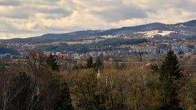 Banska Bystrica, Eslovaquia - 15 de marzo de 2019: Lapso de tiempo - nubes r?pidas sobre ciudad en un valle en d?a nublado almacen de metraje de vídeo