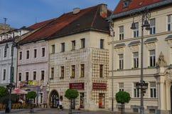 Banska Bystrica, Slowakije - Mei 10, 2013: Oude huizen in Stadssqu royalty-vrije stock fotografie