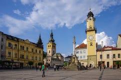 Banska Bystrica, Slowakije - Mei 10, 2013: Stadsvierkant met Cloc Royalty-vrije Stock Afbeeldingen