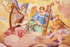 Banska Stiavnic -壁画细节在圆屋顶的在巴洛克式的受难象中间教会里安东施密特 与音乐ins的天使 免版税图库摄影