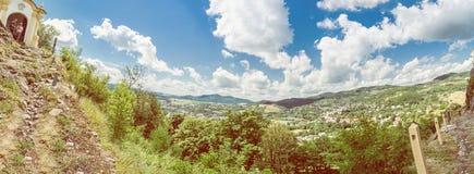 Banska Stiavnica,黄色过滤器全景照片  免版税库存图片