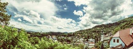 Banska Stiavnica avec le nouveau château et le vieux château, filtre de beauté Photographie stock libre de droits