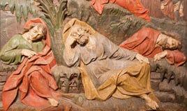 Banska Stiavnica część barokowy Kalwaryjski - rzeźbiąca ulga uśpeni apostołowie jako szczegół modlitwa w Gethsemane ogródzie - zdjęcie stock
