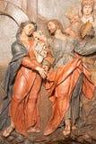Banska Stiavnica - das Detail der geschnitzten Entlastung Jesus sagt Abschied zu seiner Mutter als das Teil von barockem Kalvarie Lizenzfreie Stockfotos