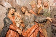 Banska Stiavnica - das Detail der geschnitzten Entlastung Jesus sagt Abschied zu seiner Mutter als das Teil von barockem Kalvarie Stockfotografie