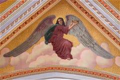 Banska Stiavnica - de engel met het hert met de vlammen op het plafond van parochiekerk van jaar 1910 door P J kern stock afbeelding