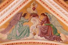 Banska Stiavnica - de engelen met het hert met de vlammen op het plafond van parochiekerk van jaar 1910 door P J kern Stock Foto's