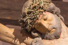 BANSKA STIAVNICA, ESLOVÁQUIA - 19 DE FEVEREIRO DE 2015: O detalhe de estátua cinzelada de Cristo na cruz como a parte do calvário Fotografia de Stock Royalty Free