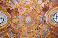 Banska Stiavnica - freskomålning på kupolen i den barocka calvaryen av Anton Schmidt från år 1745 Änglar med musikinstrumenten Royaltyfria Foton